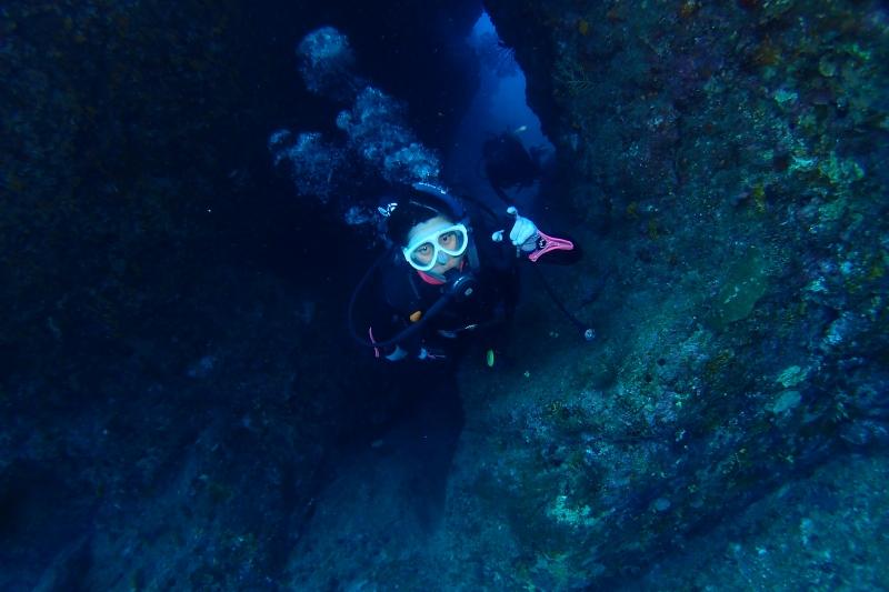 ダイバーと水中アーチ