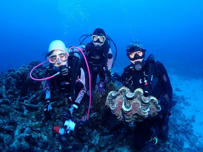 沖縄のダイバーとシャコガイ