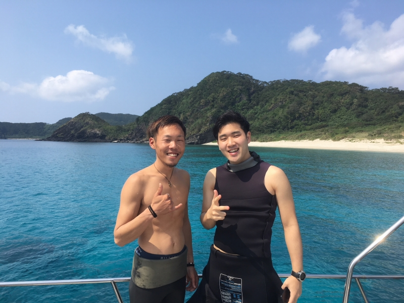 沖縄のダイバー船上写真